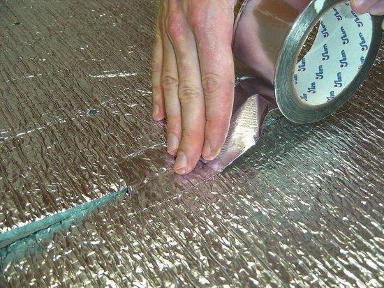 Все стыки проклеиваются металлизированной лентой.