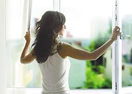 Вымывая стекла с наружной стороны, не сильно высовывайтесь из окна – это слишком опасно
