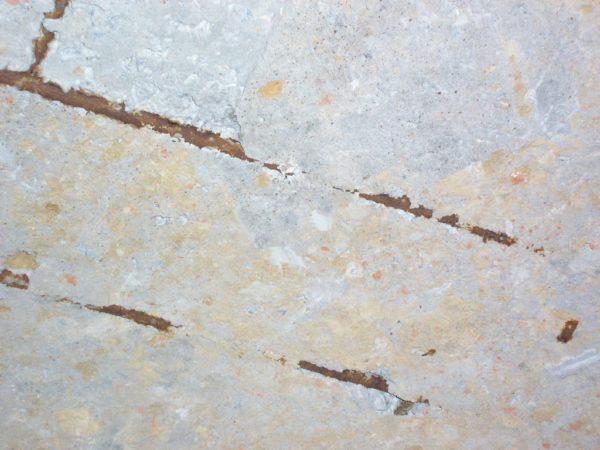 Выступающие детали арматуры нужно избавить от ржавчины, после чего заделать раствором.