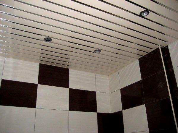 За алюминиевым потолком легко ухаживать.