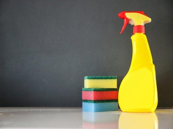 Запаситесь чистыми губками – они помогут в процессе уборки