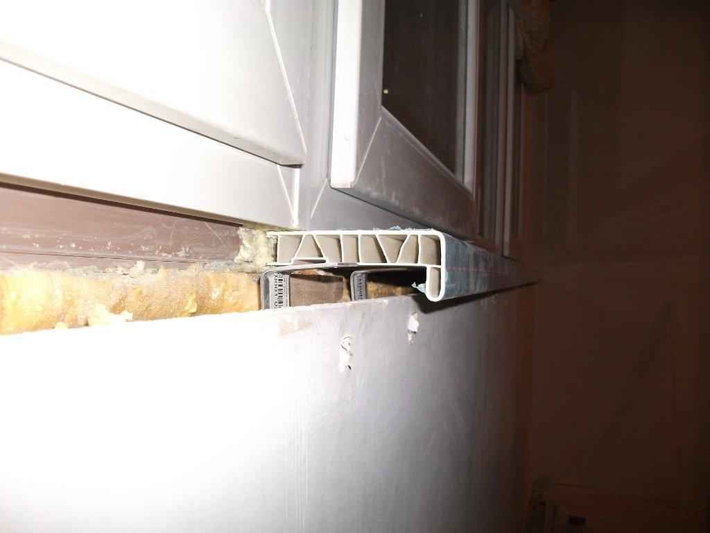 Монтаж пвх подоконника на балконе.