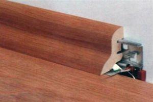 Защелки – самая простая система крепления напольного плинтуса