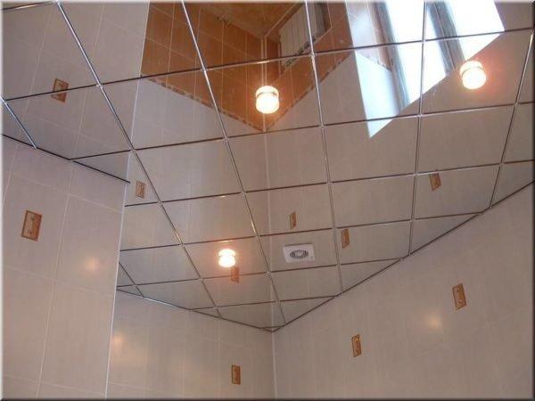 Зеркальный потолок – шикарное решение для ванной.