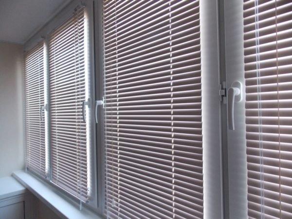 Жалюзи на балконных окнах