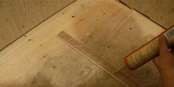 Жидкие гвозди – идеальный состав для крепления декоративного уголка