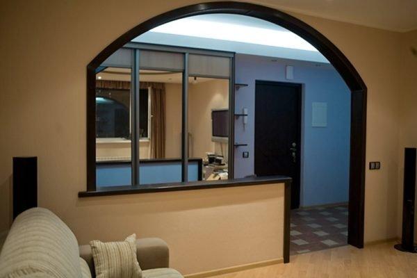 Арка в стиле модерн между гостиной и прихожей.