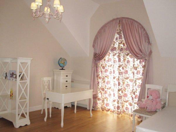 Арочные решения подойдут для любых комнат, в том числе и для детской