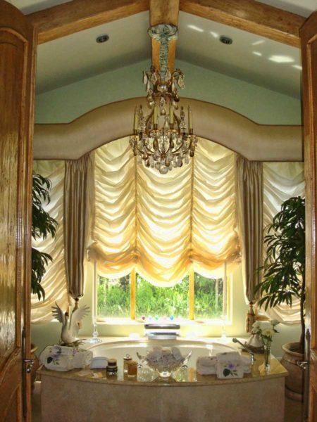 Австрийские шторы сочетают простоту открывания жалюзи и изысканность легких тканевых решений