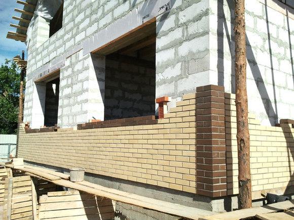 Для установки кирпича необходимо свободное место на фундаменте дома.