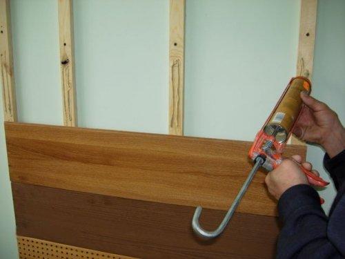Дополнительное фиксация ламината клеем на деревянных направляющих.