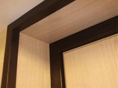 Дверной проем облицованный ламинатом.