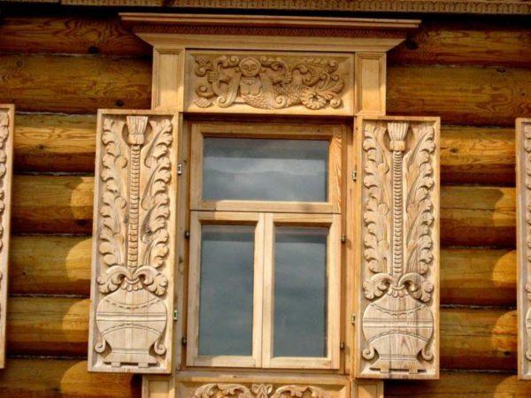 Если ваш дом деревянный, можно украсить окна и так!