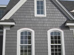 Фасад и фронтон дома, украшенный цементным сайдингом.