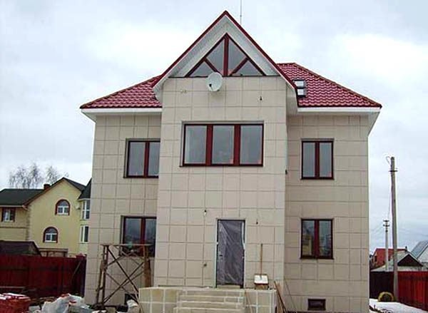 Керамогранит на фасаде дома.