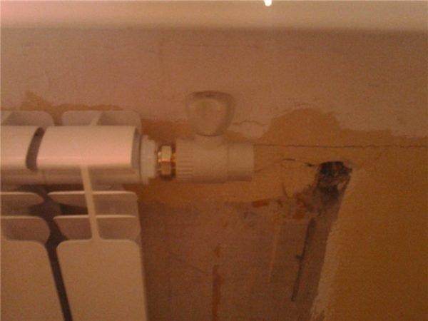 Краны установлены на новый радиатор. Остается соединить все в единую систему.