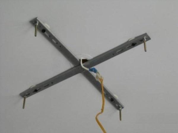 Крепёжная крестовина с выведенным вплотную к ней проводом