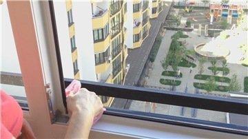 Кстати, протирая стекло, почему бы не протереть раму снаружи насколько хватает руки