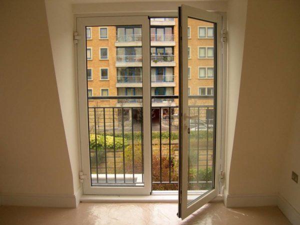 Ложный балкон – ограждение нужно с точки зрения безопасности.