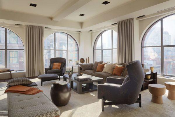Модерн, хай-тек и даже лофт с такими арочными рамами будут смотреться гармонично, а в комнату будет попадать много света