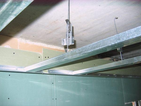 На фото: благодаря подвесам можно создавать потолочные конструкции любой сложности