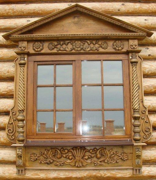 На фото: деревянные наличники на окна могут быть настоящими произведениями искусства