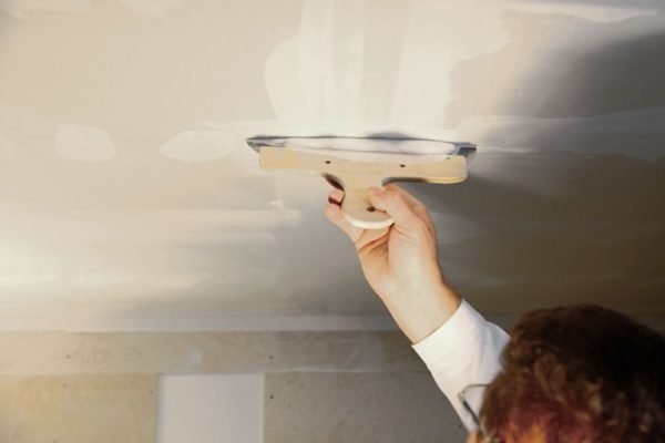 На потолке работать немного сложнее, но суть остается прежней