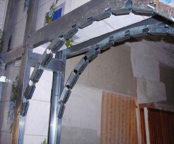 На рисунке показано изготовление арки с применением специального гибкого профиля.
