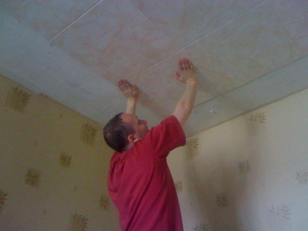 Наклеивание плитки на побеленный потолок