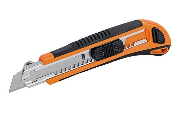 Обойный нож позволит надрезать покрытие в нужных местах, чтобы удобнее было удалять его