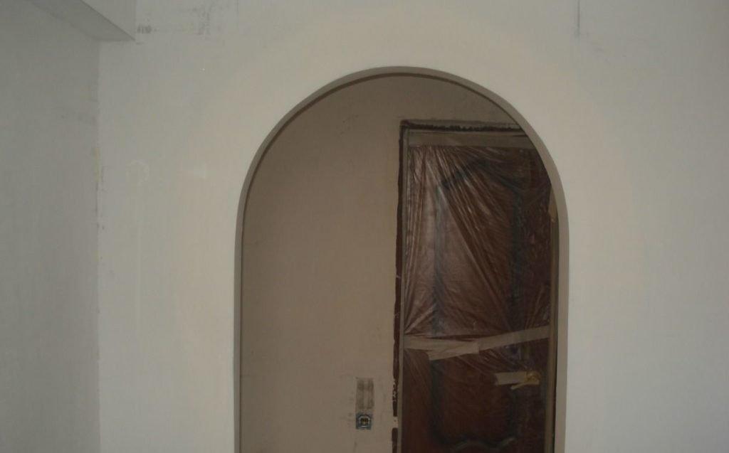 Общий вид стены с готовой аркой после грунтовки.