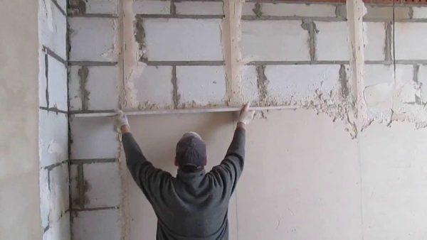 Оштукатуривание стен из пенобетона.