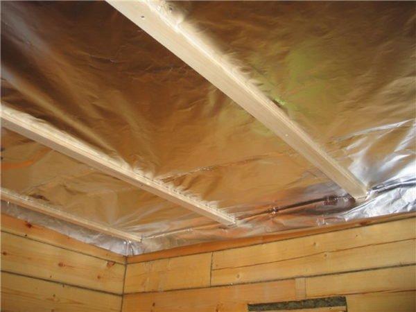 Отделка внутри помещения может производиться и прямо по балкам, но предварительно желательно закрепить гидроизоляционный материал