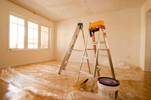 Перед удалением старого покрытия пол следует застелить пленкой