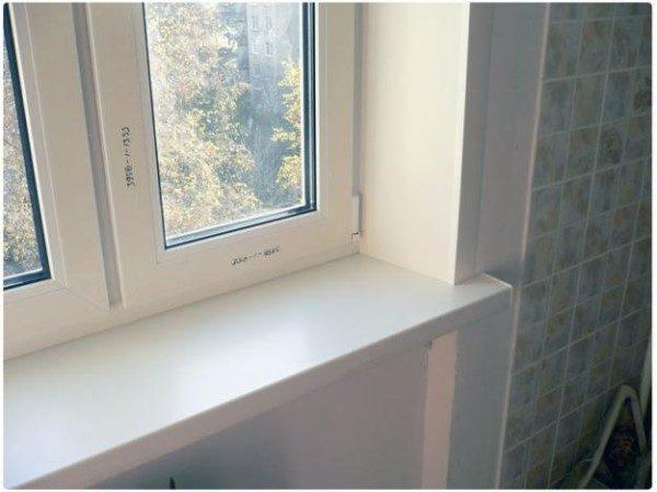 Пластиковое окно с таким же подоконником.