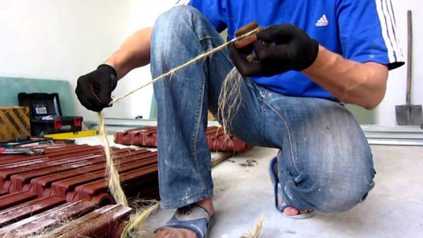 Подмотка пробки для чугунного радиатора. После намотки льна нанесите на него немного краски: она защитит органическое волокно от выгорания и гнили.