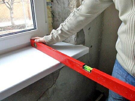 Подоконник выставляется с небольшим уклоном от окна.