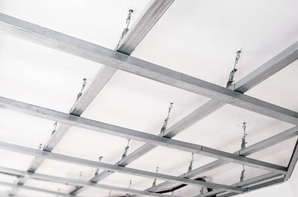 Подвесные потолочные конструкции этого типа достаточно надежны, каждый подвес выдерживает порядка 20 кг