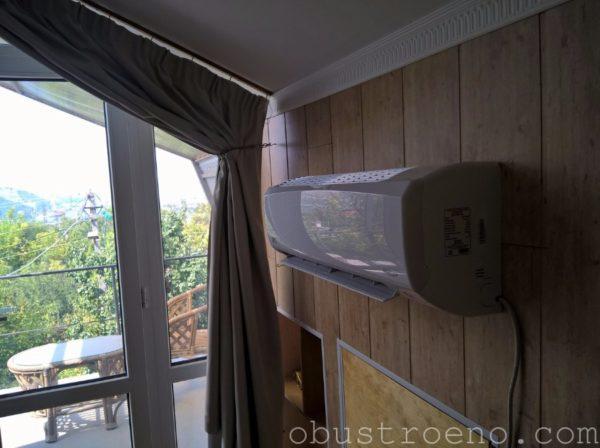 Поток нагретого кондиционером воздуха создает тепловую завесу перед окном.
