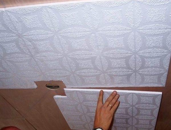 Приклеивание покрытия к потолку