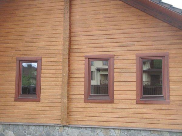 Прямые наличники отлично смотрятся на домах из профилированного бруса