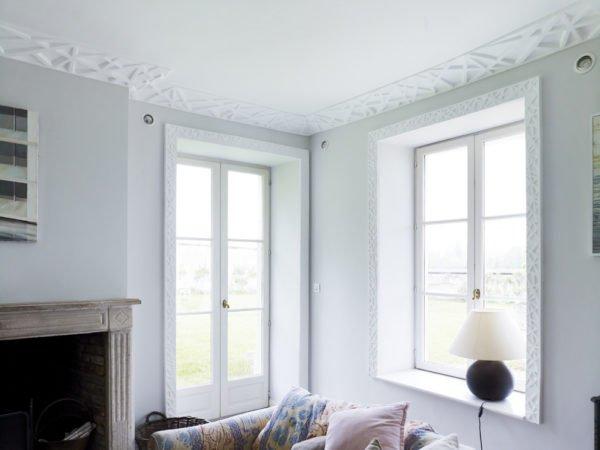 rama-iz-moldingov-v-oformlenii-okna-600x450 Декорирование окон – как украсить окно своими руками