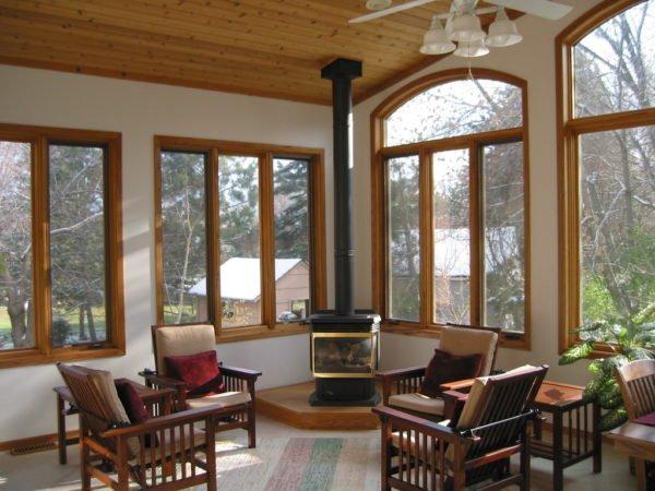 Рамы из дерева лучше всего впишутся в интерьер с «теплой» цветовой гаммой, деревянной мебелью, паркетом или ламинатом