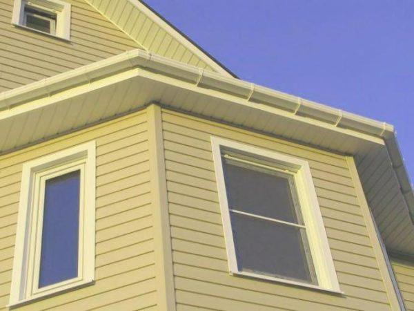 Распространенный и довольно аккуратный метод преображения фасада и окон