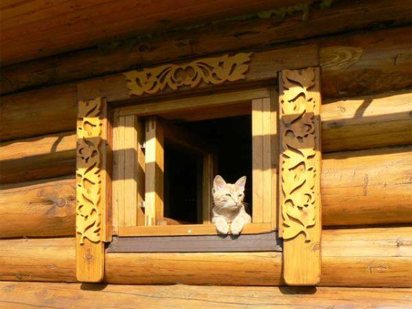 Резьбой можно декорировать не только дом, но и хозяйственные постройки на участке