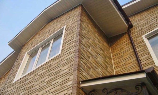 Щипцовая стена, оформленная керамическим сайдингом.