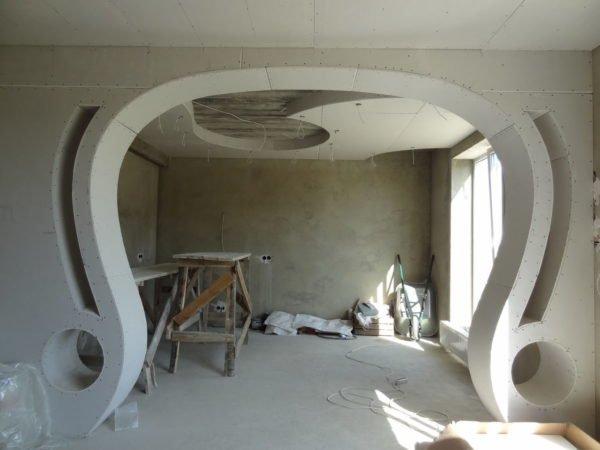 Широкая ажурная арка в процессе изготовления.