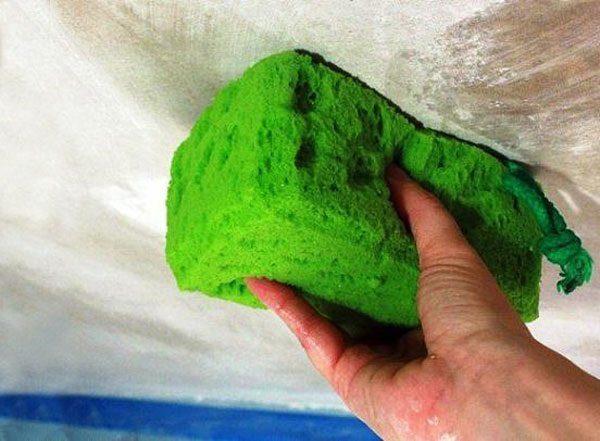 Смывание старого покрытия мокрой губкой