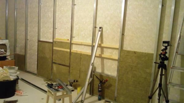 Стена из гипсокартона под телевизор оснащена закладными брусками