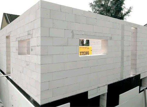 Стены из пенобетона обладают уникальными свойствами, которые нужно учитывать при выборе отделки.